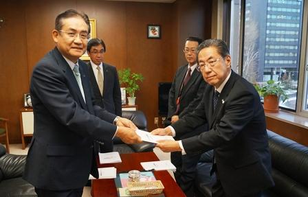 山谷北海道副知事へ手交.JPG